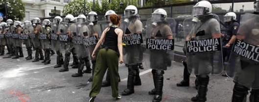 Una mujer increpa a los antidisturbios dispuestos frente al Parlamento griego en la huelga del pasado junio (Reuters)