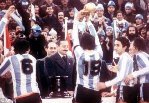 Jugadores de Argentina alzan la Copa del Mundo en 1978 frente a Jorge Videla jefe de la Junta Militar