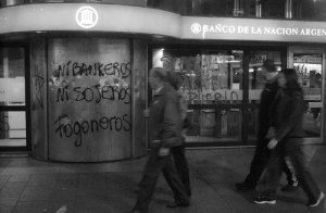 escrache-argentina-crisis-revista-achtunbg
