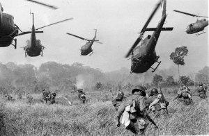 Helicópteros Huey dan fuego de cobertura a un grupo de soldados survietnamitas que se dirigen a atacar un campo del Vietcong al noroeste de Saigón, cerca de la frontera con Camboya, 1965. Fotografía: AP/Horst Faas.