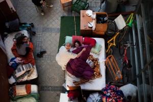 La familia Rodríguez, compuesta entre otros miembros por el abuelo Efrén Rodríguez González y su nieta de ocho años María Ferrer Rodríguez, ha dormido esta noche a la intemperie después de que ayer fuera desalojada de su vivienda en Madrid. (Andres Kudacki/AP)