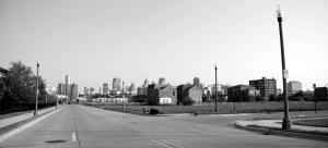 Vista del centro de Detroit, con el GM Renaissance Center, a la izquierda, desde la esquina de Edmund St-Brush Place.
