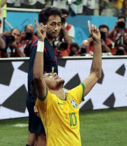 Neymar celebra uno de sus tantos ante el colegiado nipón Nishimura. /  IVAN SEKRETAREV (AP)