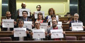 Diputados de Izquierda Plural piden un referéndum durante la votación. / ULY MARTIN (EL PAÍS)