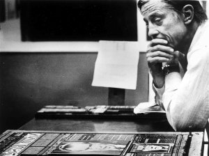 "Ben Bradlee, entonces director de The Washington Post, observa la plancha de la primera página del periódico con el titular ""Nixon dimite"", en los talleres del diario, el 8 de agosto de 1974. // David R. Legge/Washington Post/Getty Images"