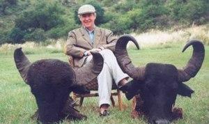 Miguel Blesa. Quien no haya matado -y posado- con animales raros, no puede llamarse hombre.