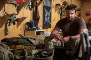 Bradley Cooper en el papel del francotirador Chris Kyle en el filme American Sniper, dirigido por Clint Eastwood.