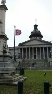 La bandera confederada ondea en el Senado Estatal de South Carolina, en Columbia.
